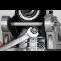 Schraubenmutter mit 13 mm Schlüssel lösen